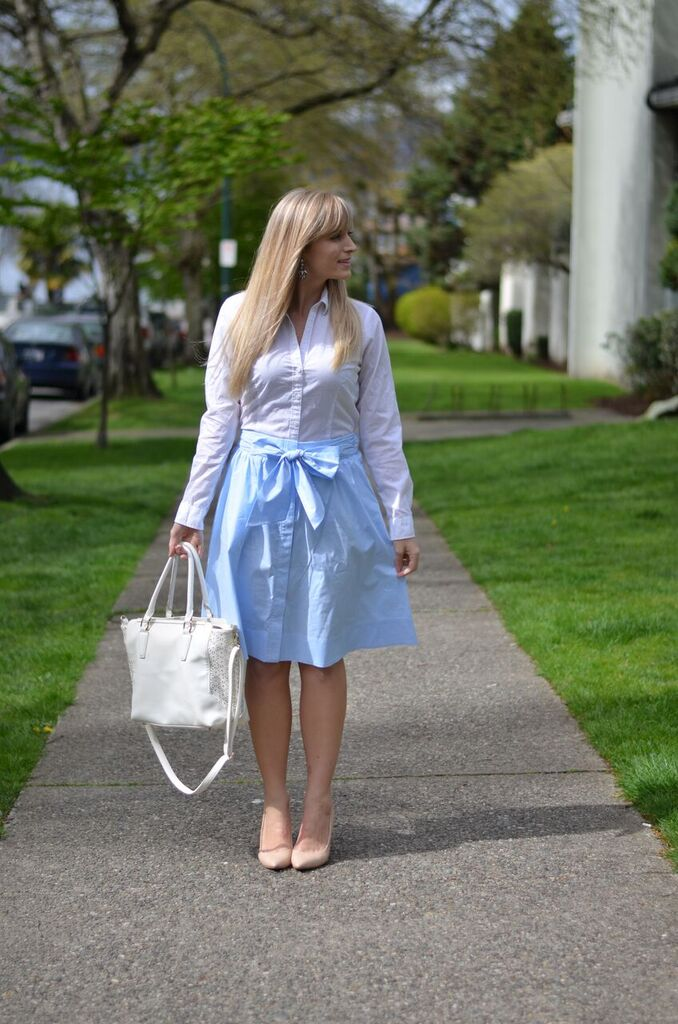 what-to-wear-with-a-light-blue-midi-skirt