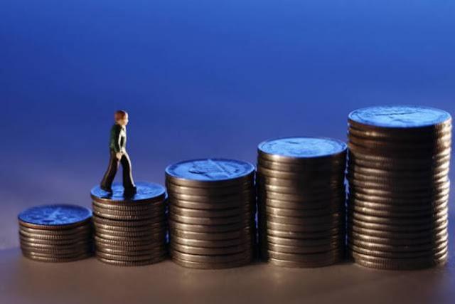 Hombre escalando en gradas de monedas