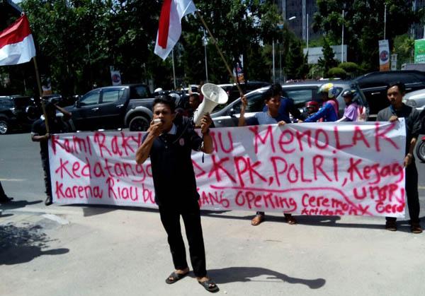 Sekelompok aktivis berdemo di Pekanbaru, Kamis, 8 Desember 2016. Mereka menolak peringatan HAKI 2016 secara nasional di Provinsi Riau yang sekedar seremoni tanpa aksi nyata menindak korupsi
