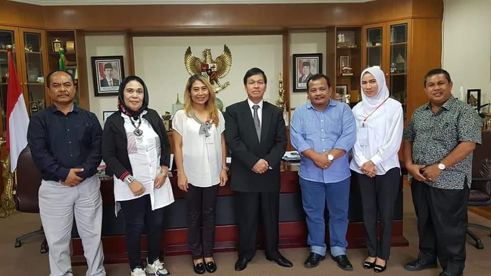 DUKUNG JOKOWI:Alumni belUSUkan  dan sahabat perguruan Tinggi pro Jokowi saat foto bersama