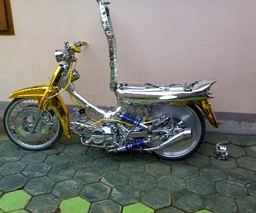 Foto Modifikasi Honda Legenda berkonsep Minimalis dengandibuat sedikit ceper dengan sentuhan warna emas dan chrome membuat sangat menarik menggunakan lampu dengan model bulat velg berukuran 17 inci dan ban menggunakan merk Swallow knalpot racing shockbreaker dibuat bercabang
