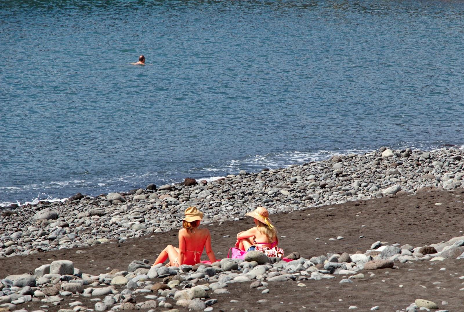 a Praia Formosa atrai residentes e estrangeiros