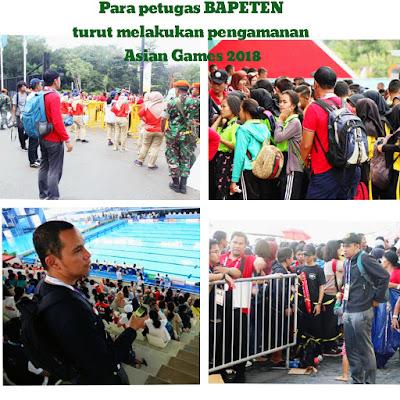 Para petugas dari BAPETEN mengenakan backpack detector pada MPE