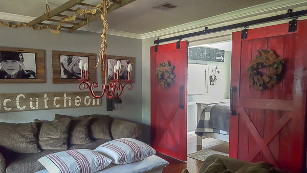 Red barn doors in an upcycled farmhouse | diy beautify