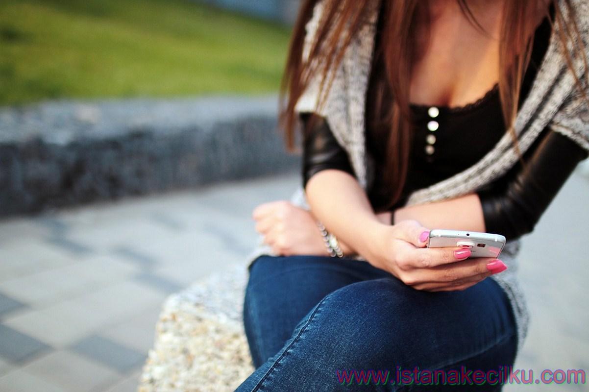 """Menggunakan akun yang berbeda dalam satu perangkat telah menjadi fitur utama dan biasa dari sebuah PC komputer desktop atau laptop dari beberapa tahun yang lampau. Namun pada smartphone, itu adalah fitur yang baru saja """"muncul dari dalam tanah"""".  Anda dapat log out dari ponsel Anda menggunakan Android Marshmallow, dan memungkinkan orang lain untuk dapat masuk jika mereka ingin melakukan panggilan atau mengakses pesan misalnya saat ponsel mereka keluar dari jalur atau tidak ada sinyal yang tersedia.  Terlebih lagi, Android Marshmallow menawarkan sebuah fitur yaitu: Guest User feature, sehingga Anda dapat meminjamkan ponsel Anda kepada seseorang tanpa mereka bisa melihat informasi pribadi Anda."""