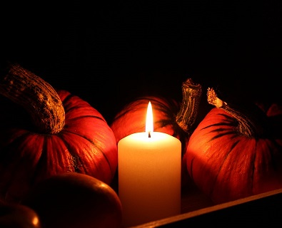 photo of halloween pumpkins and candle, noć vještica, bundeve