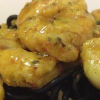 Camarões com mostarda em cama Nero di Seppia