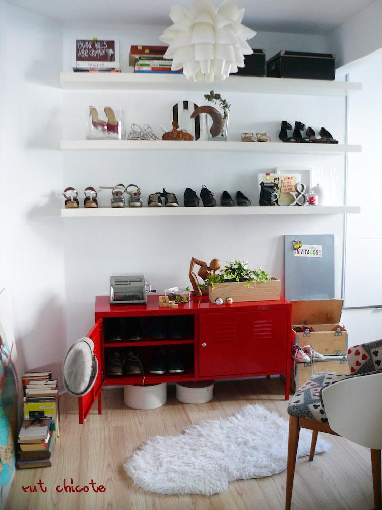 sala multiusos con zapatos a la vista