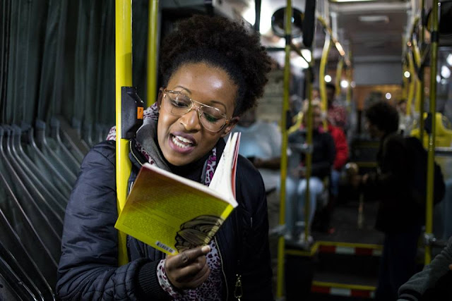 Com novo espetáculo, Poetas Ambulantes fazem ciclo de apresentações gratuitas