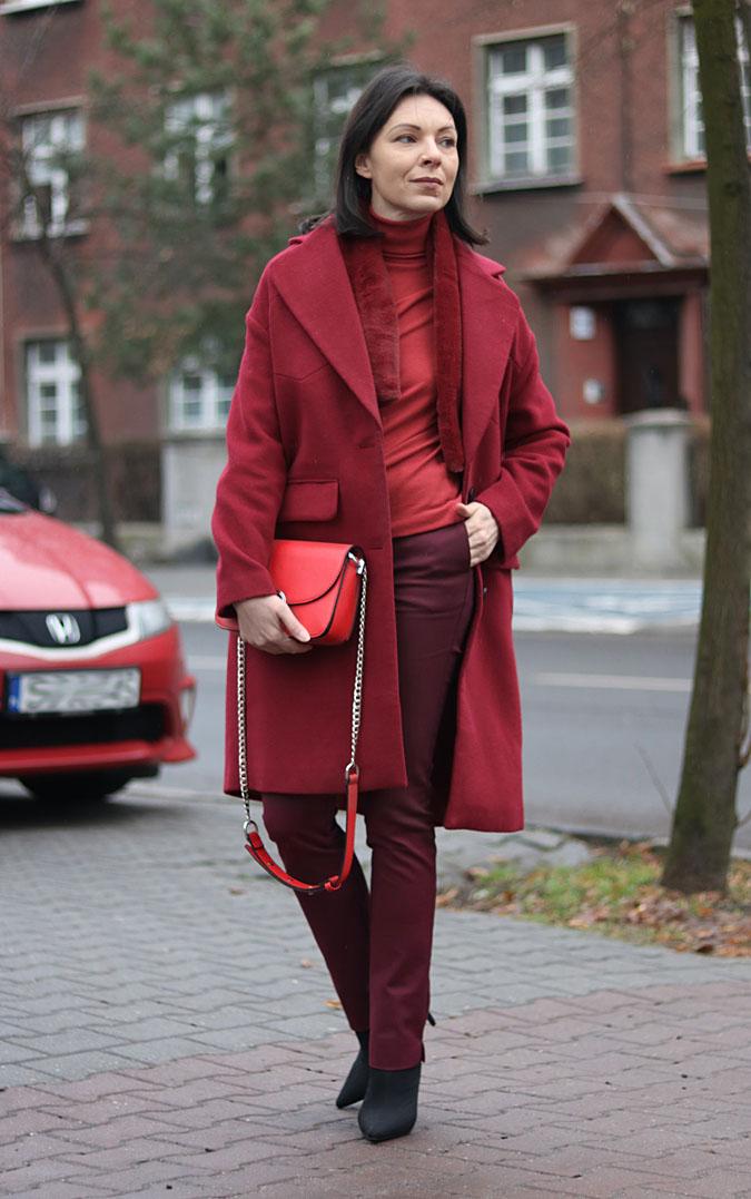 burgundowy płaszcz stylizacje