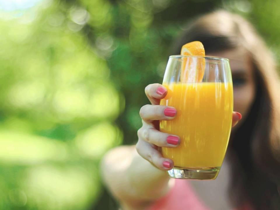 ¿El zumo de naranja pierde sus vitaminas si no nos lo bebemos rápido?