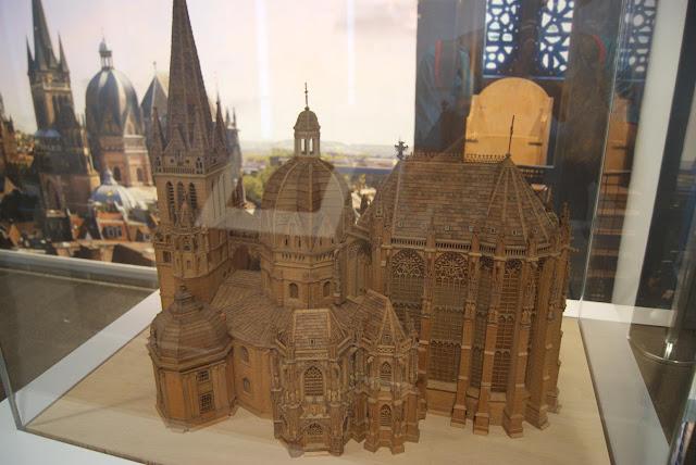 Ein Holzmodell des Aachener Doms steht in einer Vitrine