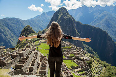 Enchâssé dans un paysage spectaculaire, au point de rencontre entre les Andes péruviennes et le bassin de l'Amazone, le Sanctuaire historique de Machu Picchu est l'une des plus grandes réalisations artistiques, architecturales et d'aménagement du territoire au monde et le plus important patrimoine matériel laissé par la civilisation inca.