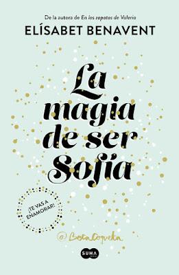 Portada de la novela romántica La magia de ser Sofía de Elísabet Benavent, donde en un fondo azul claro está el título en letras negras y grandes.
