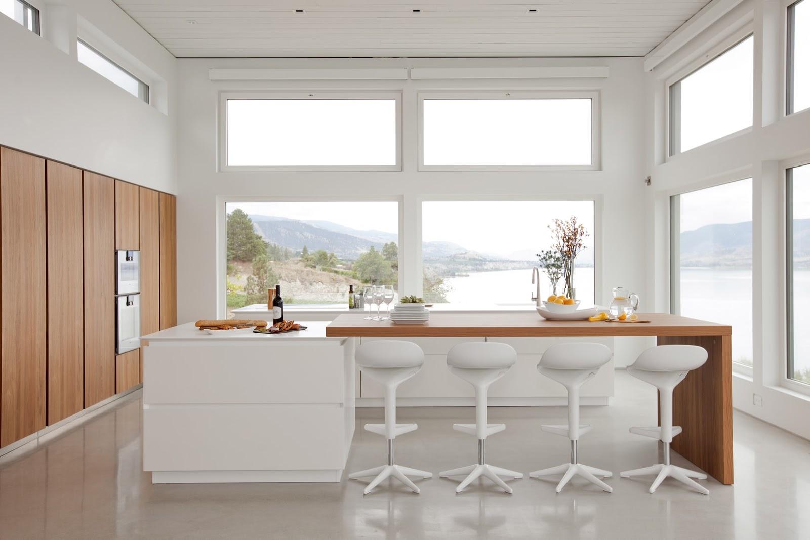 Dise ada tambi n para aprovechar y disfrutar las vistas for Cocina blanca y madera moderna