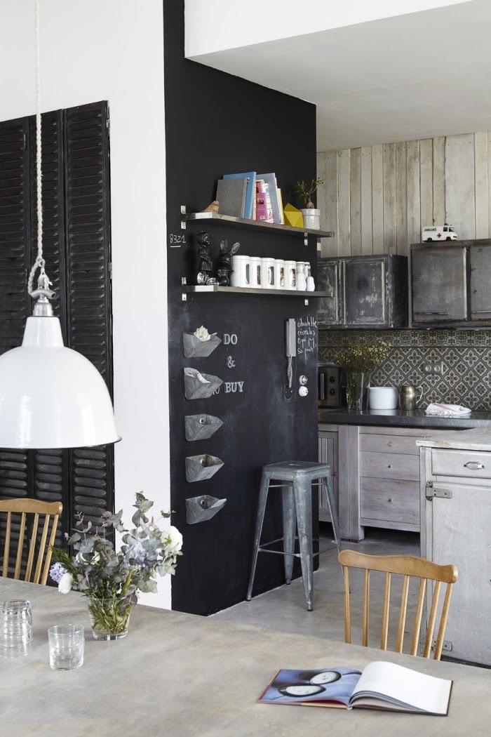 Loft ze skandynawską duszą, wystrój wnętrz, wnętrza, urządzanie domu, dekoracje wnętrz, aranżacja wnętrz, inspiracje wnętrz,interior design , dom i wnętrze, aranżacja mieszkania, modne wnętrza, loft, styl loftowy, styl industrialny, styl skandynawski, kuchnia, czarna ściana