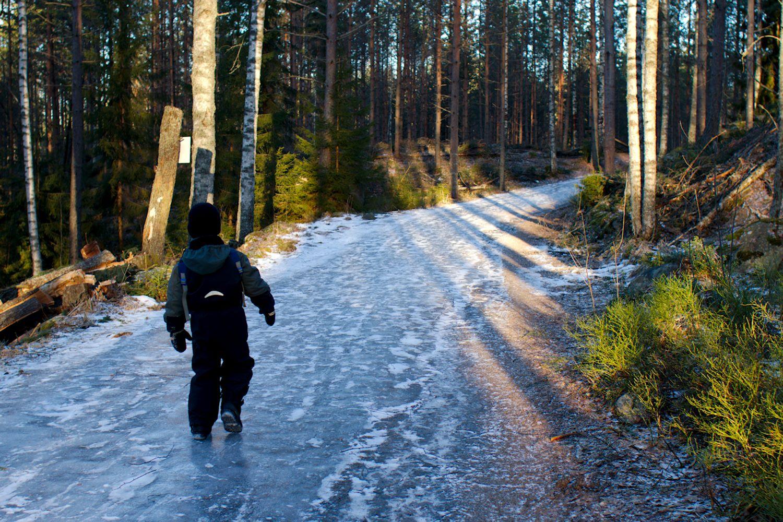 Jäisellä ulkoilutiellä saa asetella askeleensa varovasti