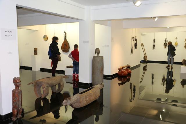 Exposición de instrumentos musicales en la Biblioteca Central
