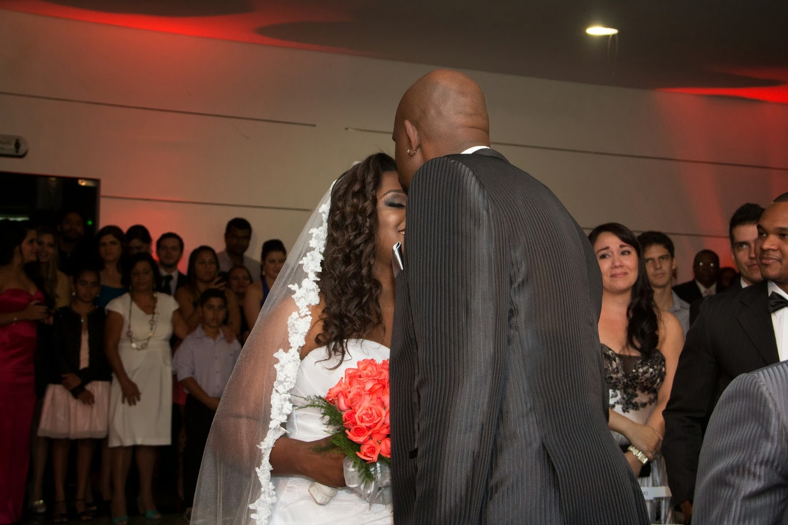 historia-amor-fe-cerimonia-noivos-beijo-testa