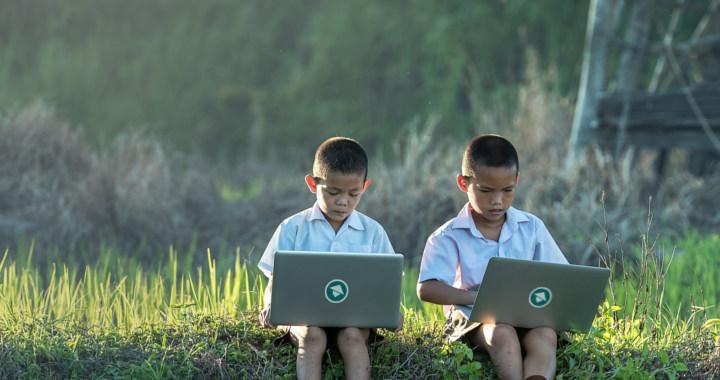 Anak-anak ngoding di sawah