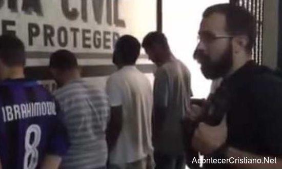 Policía evangelizando a elincuentes detenidos en comisaría