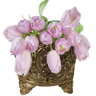Vaso de bronze com tulipas rosa