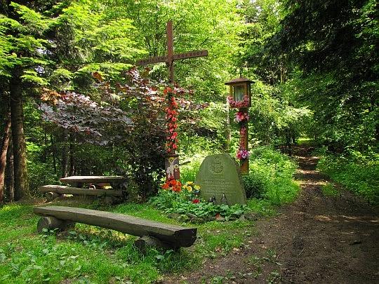 Rozstaj pod Łysą Górą (510 m n.p.m.) z kapliczką, krzyżem i kamiennym obeliskiem.