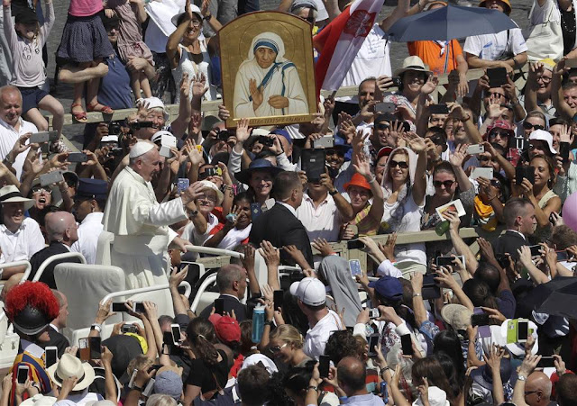 Папа Римський вітає вірних