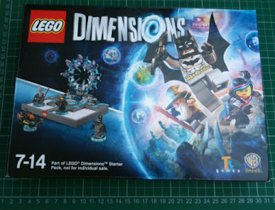 Internal box with portal, minifigures and vehicle to build