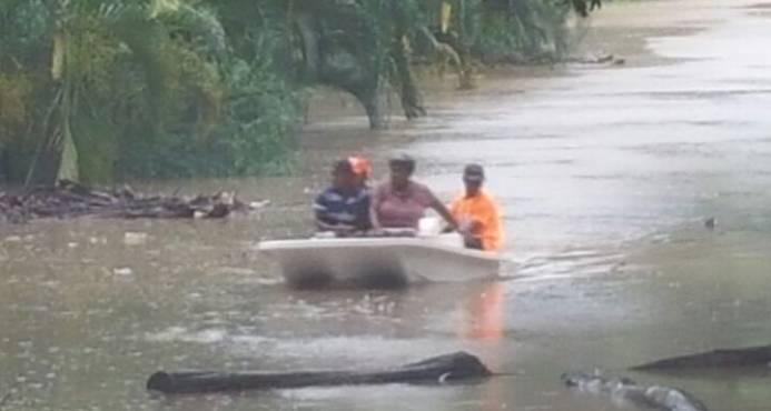 María cubre de agua el Este y aísla a decenas de comunidades
