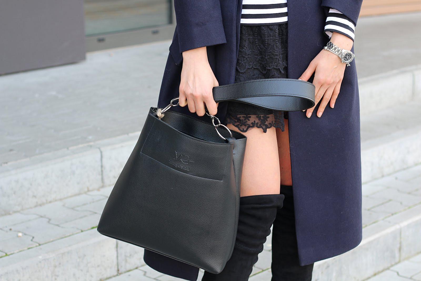 jesienny płaszcz, płaszcz, płaszcze, oversize, jesienne inspiracje, jesienne trendy, jesienny styl, novamoda style, koronkowa mini, koronka, bluzka w paski, marynarskie paski, buty za kolano, overknee boots,