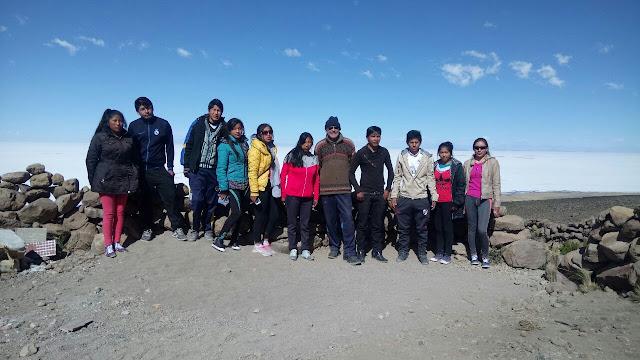 Gruppenbild vor dem Salar de Uyuni