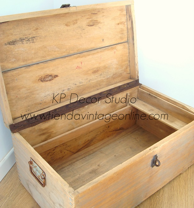Baúl de madera antiguo abierto. restaurado, listo para colocar