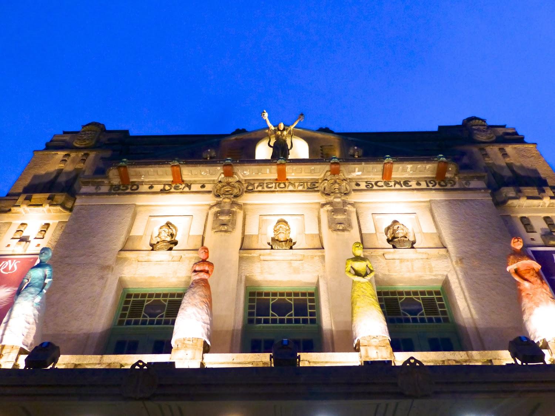 Fachada del Teatro Nacional de noche en Bergen