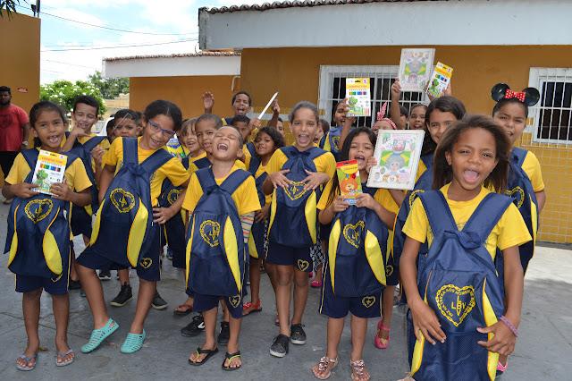 Kits de material pedagógico são entregues pela LBV a crianças da Paraíba