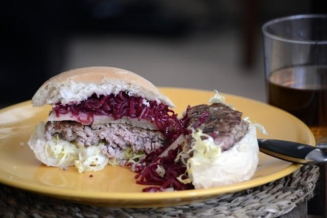 Hamburguesa de Cordero con Roncal y remolacha