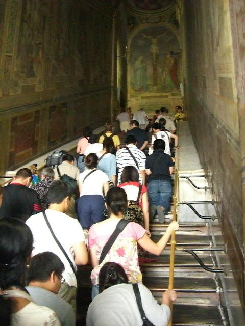Η συνήθης πολυκοσμία των προσκυνητών στην Αγία Σκάλα.