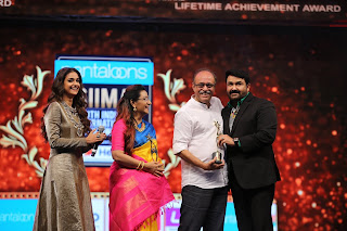 Keerthy Suresh with her Lovely Parents and Mohanlal at SIIMA Awards 2019