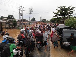 Jalan Putus Belum Ditangani, Ratusan Pemudik Masih Bertahan Di Lokasi Banjir