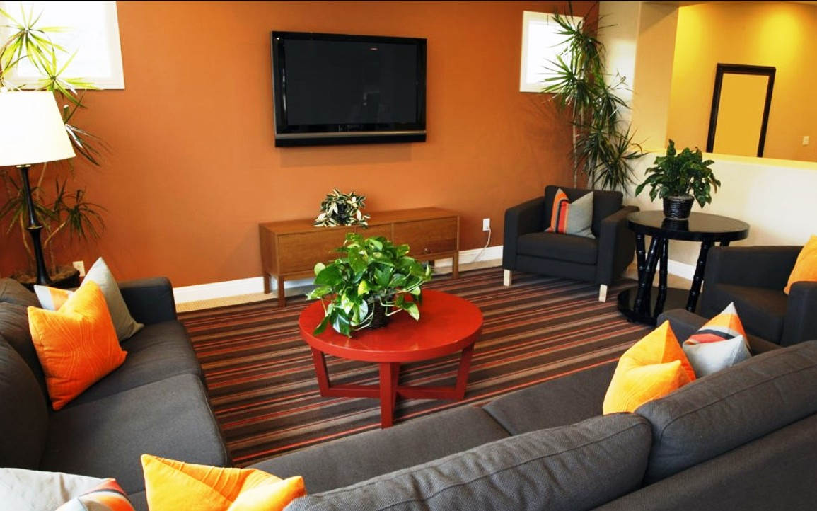 Kombinasi Warna Cat Ruang Tamu Sempit Kuning dan Orange
