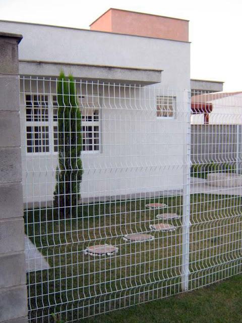 A tela de fechamento de parte do lote confere visão para a janela da sala: os ladrões preferem casas escondidas atrás de muros altos, onde não serão vistos da rua em seus atos.