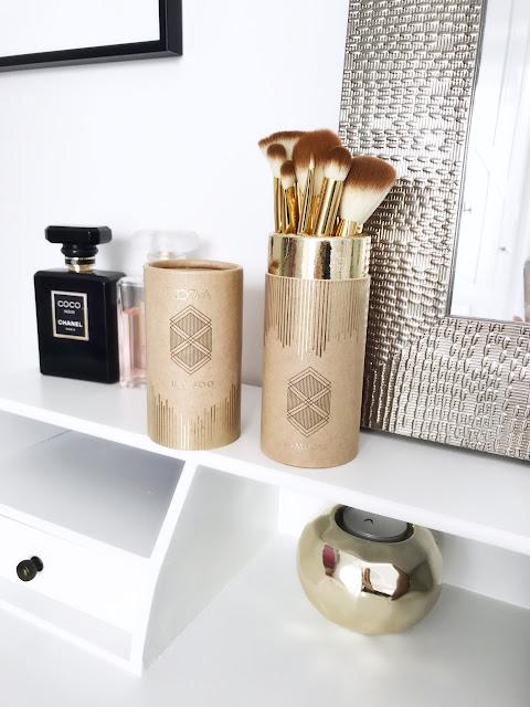 Mój makijażowy niezbędnik Zoeva Bamboo Luxury Set Vol. 2 i gąbka do makijażu gąbeczka beautyblender Beauty Blender porządny wegański zestaw pędzli zoeva bambuski make up akcesoria do makijaż syntetyczne włosie naturalne wykończenie podkład złote pędzle tuba kosmetyczka precyzyjny Makeup Sephora
