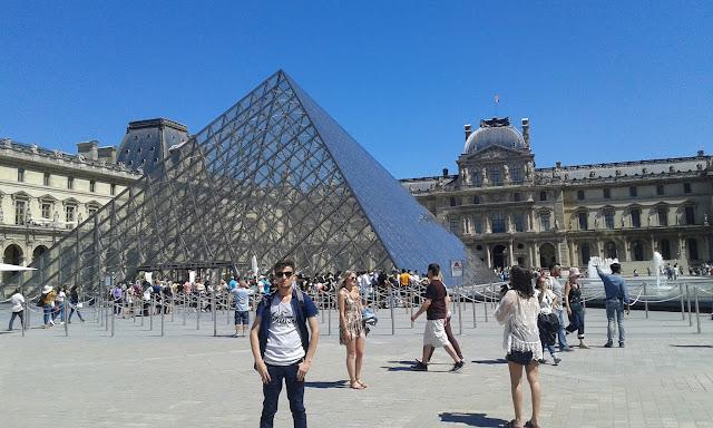 Harun İstenci Fransa Paris'te bulunan Louvre müzesinde.