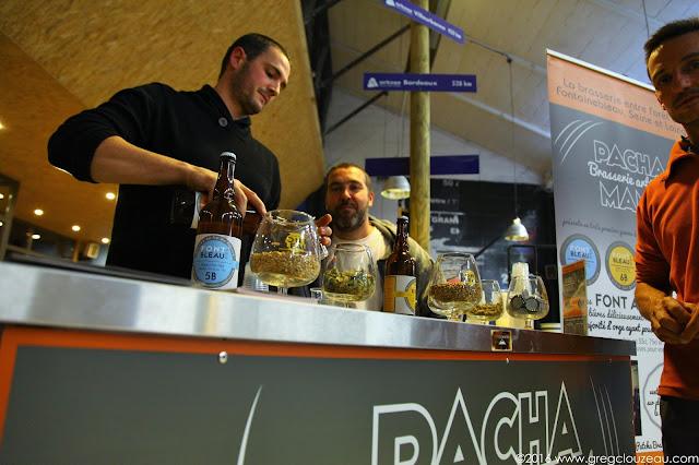 Boris (à gauche) et Sylvain (à droite) étaient à Arkose Massy pour faire déguster leurs bières.