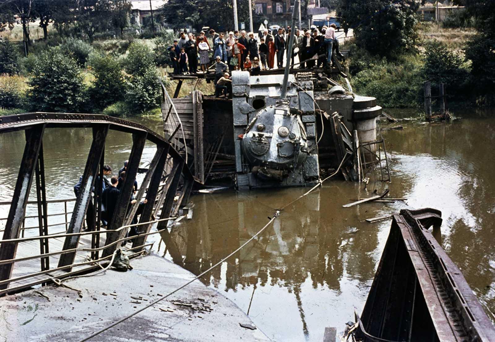 Un tanque soviético está fuera de servicio después de que el puente que estaba cruzando cediera el 21 de agosto de 1968. Un testigo dijo que el puente había sido dinamitado, pero el lapso puede haberse colapsado debido al gran peso de los tanques que lo cruzan.