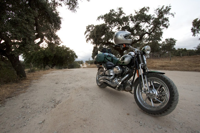 Harley vicino al Cromlech di Almendres (Cromeleque dos Almendres)