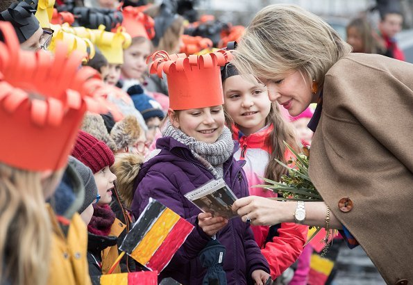 Queen Mathilde visited the school Athénée Royal d'Esneux in Esneux. Queen Mathilde wore Natan camel dress and Natan wool blouse