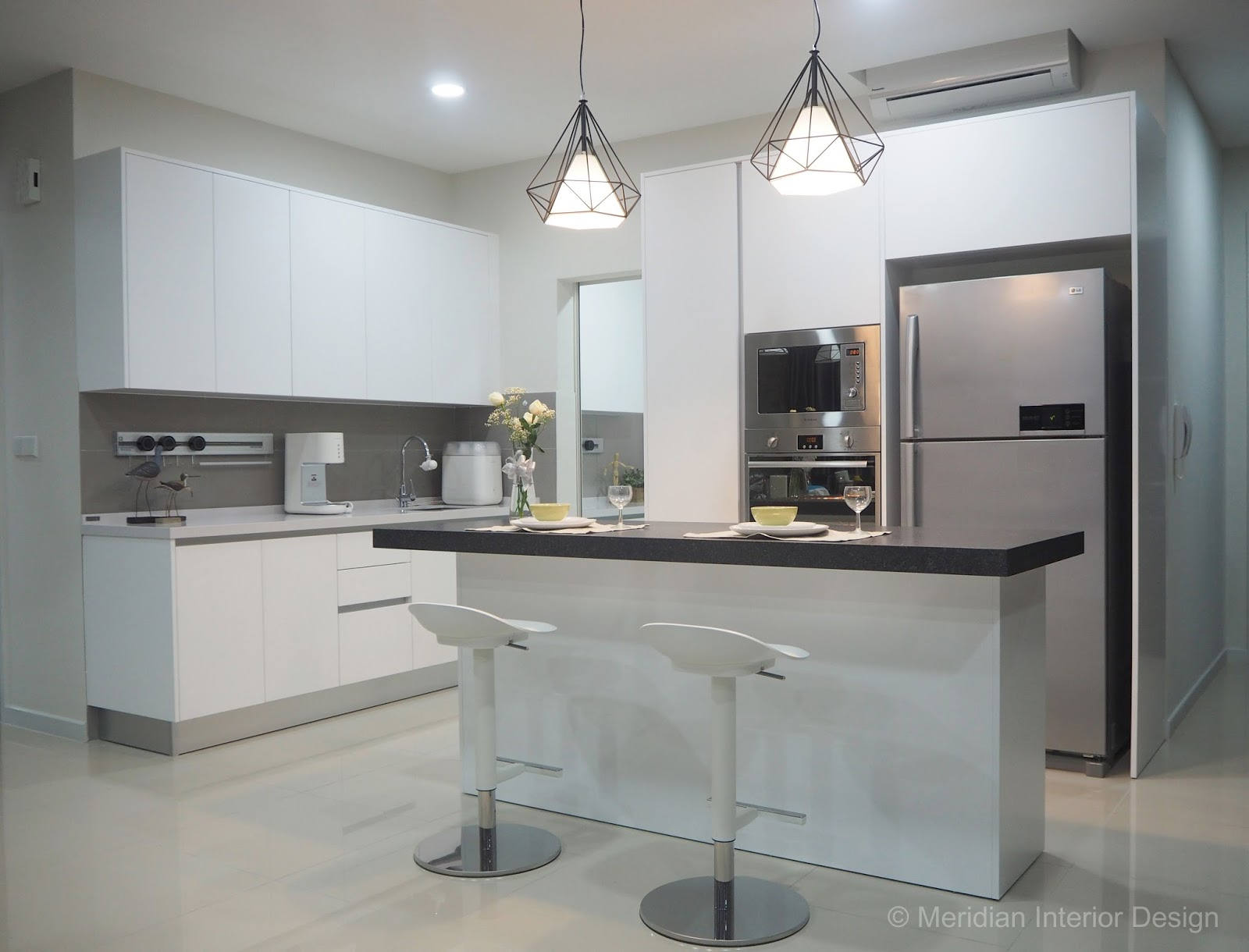 Simple dry kitchen design - A Single Island Is Designed As The Main Focal Point In This Dry Kitchen