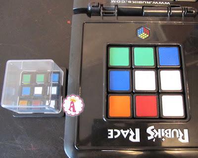 Схема кубика рубика на игровом поле и в прозрачном боксе Rubik's