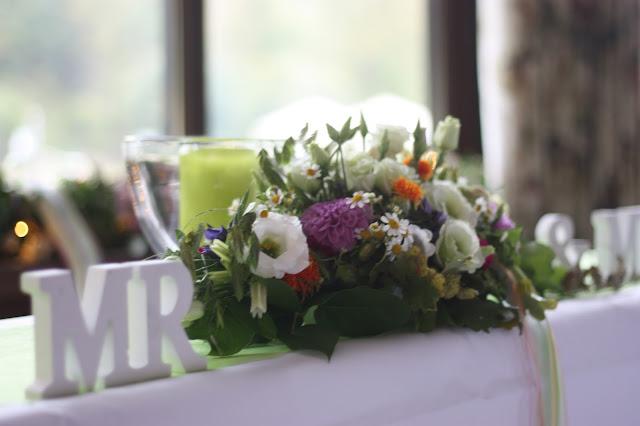 Freie Trauung, Zeremonie im Seehaus, Frühlingsdekoration Herbsthochzeit mit bunten Wiesenblumen im Hochzeitshotel Garmisch-Partenkirchen Riessersee Hotel Bayern, heiraten in den Bergen